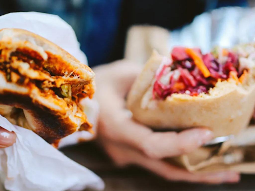 Il BBQ di carne, pesce, verdure, frutta