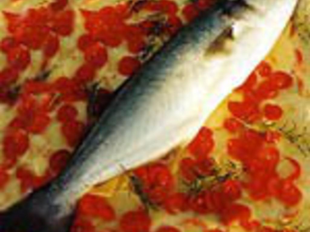 Pesce Al Forno Su Un Letto Di Patate E Pomodorini Mangiare Bene